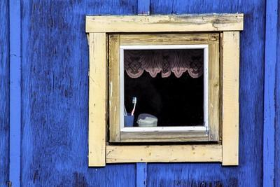 https://imgc.allpostersimages.com/img/posters/window-from-a-chalet-in-the-village-ilulissat-greenland_u-L-Q10VHBG0.jpg?p=0