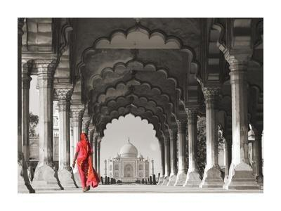 https://imgc.allpostersimages.com/img/posters/woman-in-traditional-sari-walking-towards-taj-mahal-bw_u-L-F8WF8L0.jpg?artPerspective=n