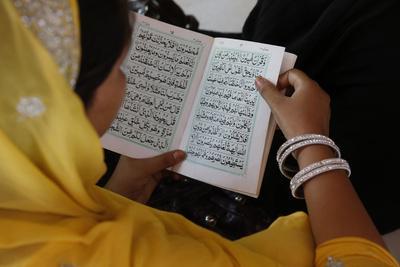 https://imgc.allpostersimages.com/img/posters/woman-reading-kuranic-scriptures-in-nizamuddin-dergah-delhi-india_u-L-Q1GYMWA0.jpg?artPerspective=n