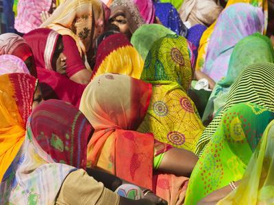 https://imgc.allpostersimages.com/img/posters/women-in-colorful-saris-gather-together-jhalawar-rajasthan-india_u-L-PXQOBO0.jpg?p=0