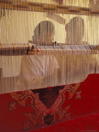 https://imgc.allpostersimages.com/img/posters/women-knotting-berber-carpet-on-loom-morocco_u-L-P586WK0.jpg?p=0