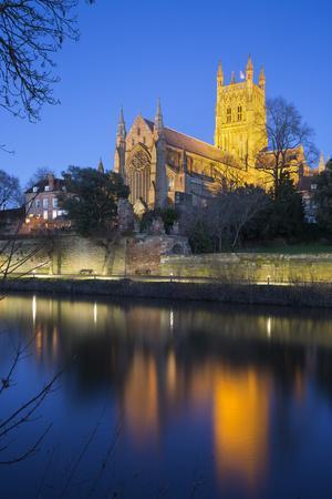 https://imgc.allpostersimages.com/img/posters/worcester-cathedral-on-the-river-severn-floodlit-at-dusk-worcester-worcestershire-england-uk_u-L-PWFKFR0.jpg?p=0