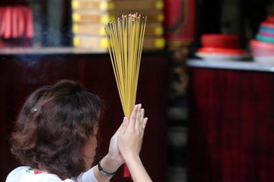 https://imgc.allpostersimages.com/img/posters/worshipper-burning-incense-sticks-taoist-temple-phuoc-an-hoi-quan-pagoda_u-L-Q1GYMK60.jpg?artPerspective=n