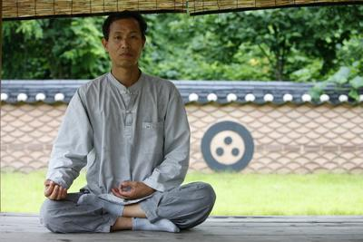 https://imgc.allpostersimages.com/img/posters/zen-meditation-seoul-south-korea_u-L-Q1GYHN40.jpg?artPerspective=n