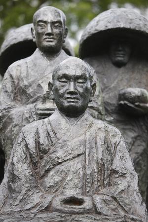https://imgc.allpostersimages.com/img/posters/zen-pilgrim-statue-by-torao-yazaki-vincennes-val-de-marne-france_u-L-Q1GYKC40.jpg?artPerspective=n