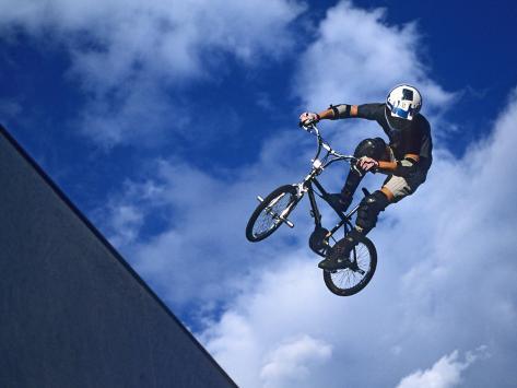 Bmx Cyclist Flys over the Vert Reproduction photographique Premium