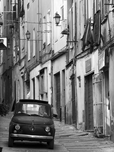 Fiat dans une rue étroite, Sassari, Sardaigne, Italie Reproduction photographique