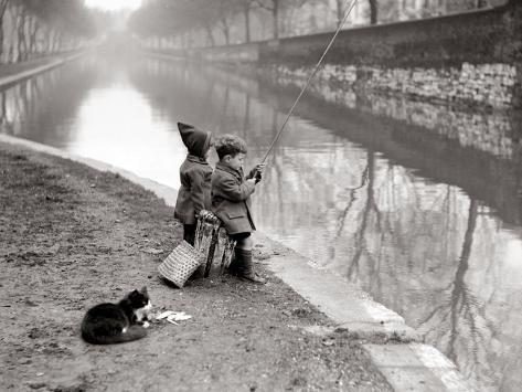 Enfants pêchant dans un canal Reproduction photographique
