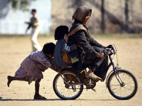 Girls Play on a Bike in Jammu, India Reproduction photographique