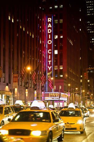 Radio City Music Hall With Yellow Cab In NYC Reproduction photographique