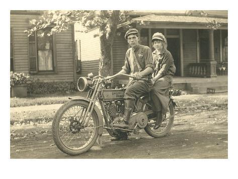 photo vintage noir blanc d 39 un couple sur une harley davidson poster sur. Black Bedroom Furniture Sets. Home Design Ideas