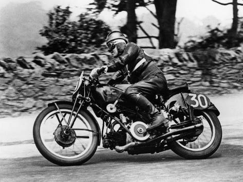 stanley woods sur une moto guzzi 1935 course du tourist trophy ou tt le de man grande. Black Bedroom Furniture Sets. Home Design Ideas