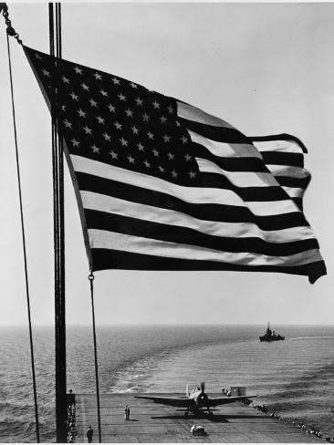 Airplane on Battleship Deck with American Flag in Foreground, World War II Foto