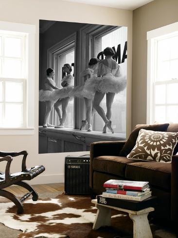 Ballerinaer i vindueskarm i øvelokalet på balletskolen George Balanchine's School of American Ballet Giant Art Print