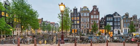 Bikes and Houses Along Canal at Dusk at Intersection of Herengracht and Brouwersgracht Premium fotografisk trykk