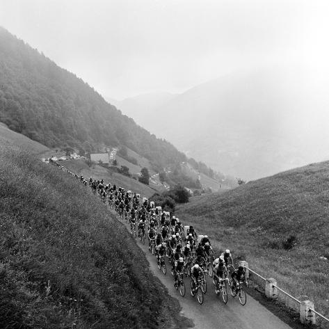 Deltagere i den udmattende Tour de France set på vej til bjergpasset Col de Mente Fotografisk tryk