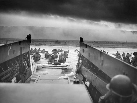 Digitally Restored World War II Photo of American Troops Approaching Omaha Beach Premium fotografisk trykk