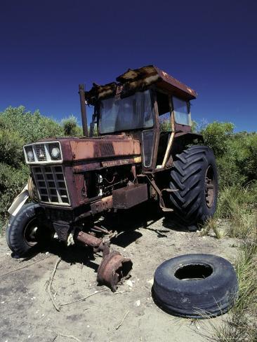 Abandoned Tractor Rusts Away Behind a Coastal Sand Dune, Australia Fotografisk tryk