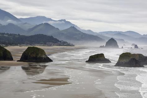 USA, Oregon, Cannon Beach. Fog Rises over Coastline at Low Tide Foto
