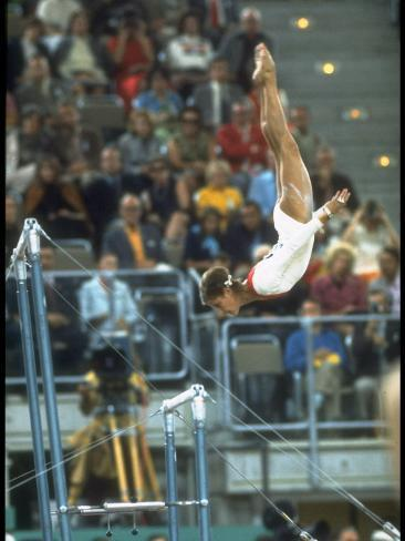 Soviet Gymnast Olga Korbut in Action on the Uneven Bars at the Summer Olympics Premium fotografisk trykk