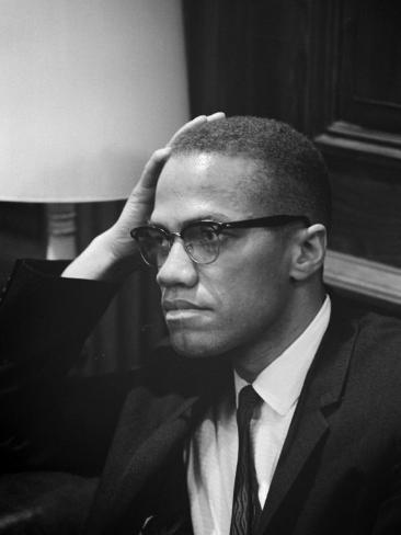 Malcolm X waits at Martin Luther King Press Conference, 1964 Foto