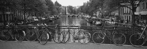 Cykel op ad metalgitter på en bro, Amsterdam, Nederlandene Wallstickers