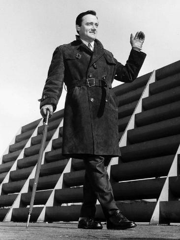 Robert Vaughn Actor Leaning on a Walking Cane, Waving Fotografisk trykk