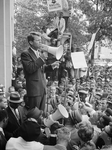 Attorney General Bobby Kennedy Speaking to Crowd in D.C. Foto
