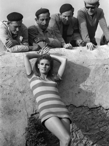 Actress Raquel Welch on Location For Film Shoot Wearing Striped Mini Dress, 1966 Fotografie-Druck