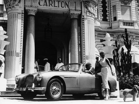 aston martin db2 4 outside the hotel carlton cannes france 1955 fotografie druck bei. Black Bedroom Furniture Sets. Home Design Ideas