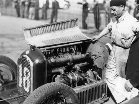 Attilio Marinoni, Chief Mechanic of Scuderia Ferrari, with an Alfa Romeo, 1934 Fotografie-Druck