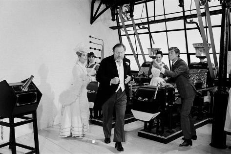 Dick Van Dyke, Sally Ann Howes, & Peter Ustinov Filming Chitty Chitty Bang Bang at Pinewood Studios Fotografie-Druck