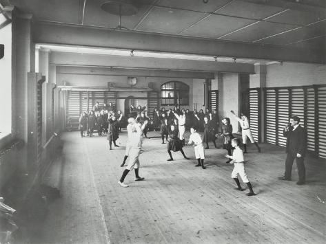 Boys and Girls Playing Netball, Cable Street School, Stepney, London, 1908 Fotografie-Druck