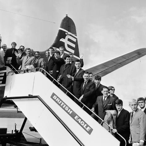 Everton Team Members Wave from their Plane, 1965 Fotografie-Druck