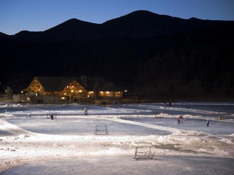 Ice Skating and Hockey on Evergreen Lake, Colorado, USA Fotografie-Druck