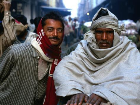 Two Workers in Market Azadpur Sabzi Mandi, Azadpur, Delhi, India Fotografie-Druck