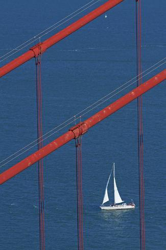 California, San Francisco, Golden Gate Bridge and Yacht Fotografie-Druck