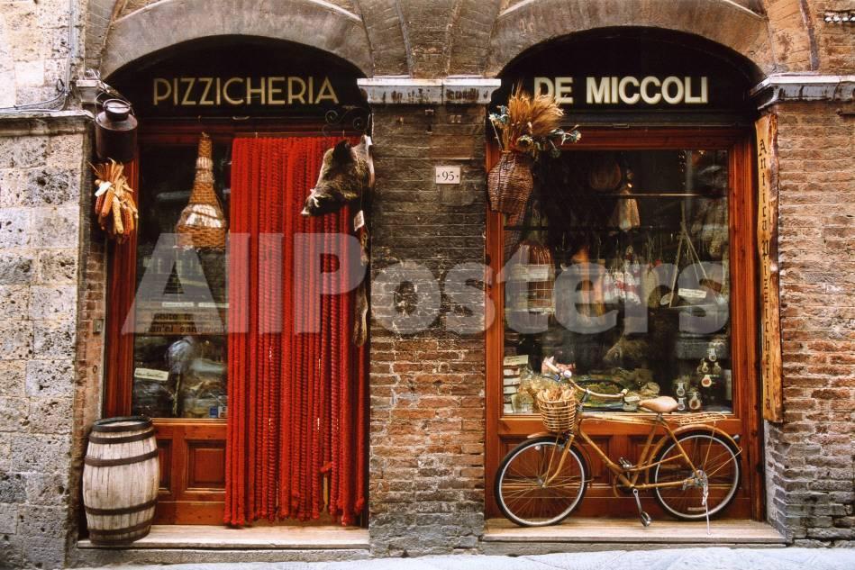 Fahrrad vor einem historischen Lebensmittelladen abgestellt, Siena ...