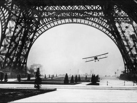 Französischer Flieger Lieutenant Collot fliegt mit seinen Doppeldecker erfolgreich unter dem Eiffelturm durch Fotografie-Druck