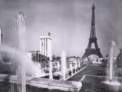 The Ornamental Lakes in Front of the Eiffel Tower, During the Paris International Exposition, 1937 Giclée-Druck