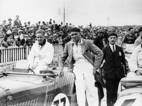 Fs Barnes in the Centre, Ah Langley to His Right, with a Singer Nine Sports Car, 1930s Fotografie-Druck