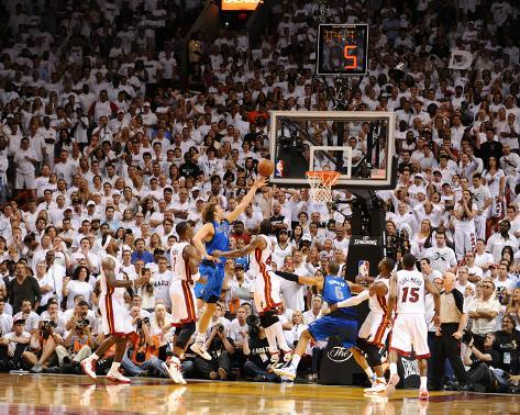 Dallas Mavericks v Miami Heat - Game Two, Miami, FL - JUNE 2: Dirk Nowitzki, Chris Bosh and Udonis  Foto