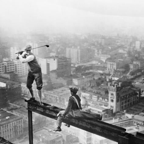 Golfer Teeing off on Girder High above City Fotografie-Druck