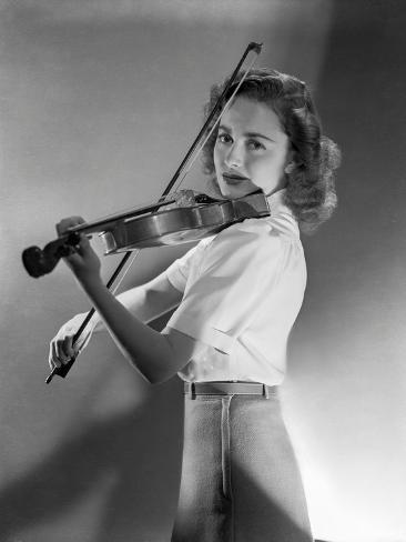 Olivia DeHavilland Playing Violin in Black and White Foto