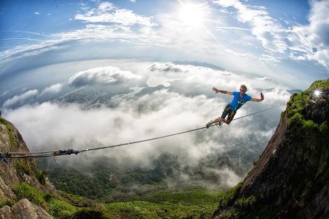 A Highliner Traverses Two Cliffs Above Rio De Janeiro Fotografie-Druck