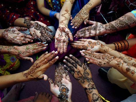Pakistanische Mädchen zeigen ihre mit Henna bemalten Hände vor dem muslimischen Fest Eid-Al-Fitr Fotografie-Druck