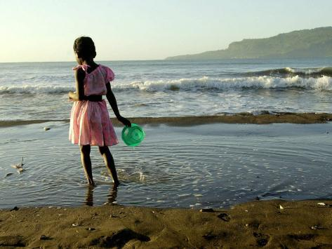 A Girl Walks on the Beach in Jacmel, Haiti, in This February 5, 2001 Fotografie-Druck