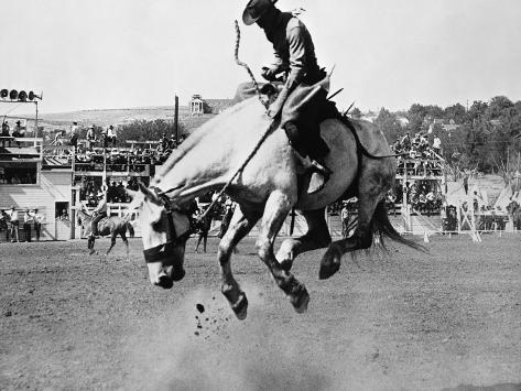 Man Riding Bucking Horse in Rodeo Fotografie-Druck