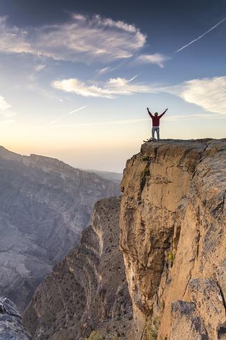 Oman, Wadi Ghul, Jebel Shams. the Grand Canyon of Oman, Tourist on the Edge Fotografie-Druck