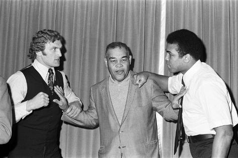 Muhammad Ali and Joe Bugner at a Press Conference Fotografie-Druck